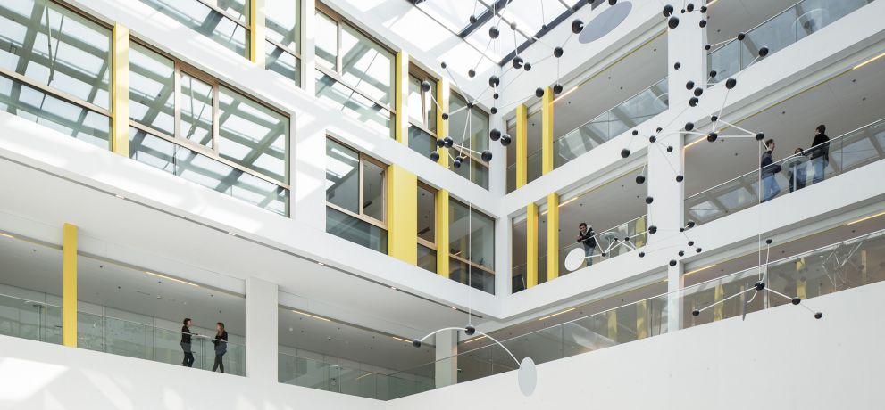 Justizzentrum Korneuburg von Dieter Mathoi Architekten und DIN A4 Architektur; Kunst am Bau: Nikolaus Gansterer; Foto: Kurt Hörbst